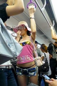 blog--sphere.blogspot.com - Foto Cewek Pamer Celana Dalam Di Angkutan Umum, PARAH !